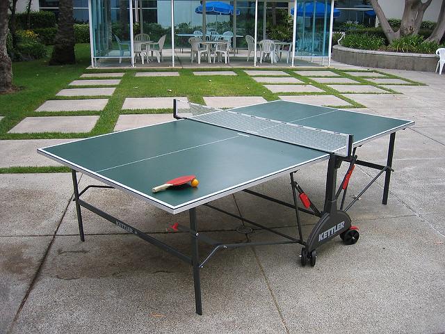 El gran dilema: mesa de ping pong de interior o de exterior